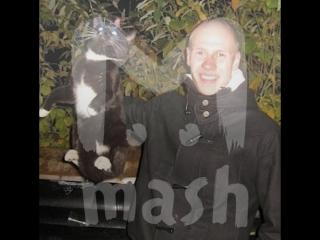 Парень из Череповца 3 года фотографируется, держа котов за шкирку