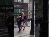 Скинхед и 2-метровый гей-жираф фотографируются в толерантной Москве