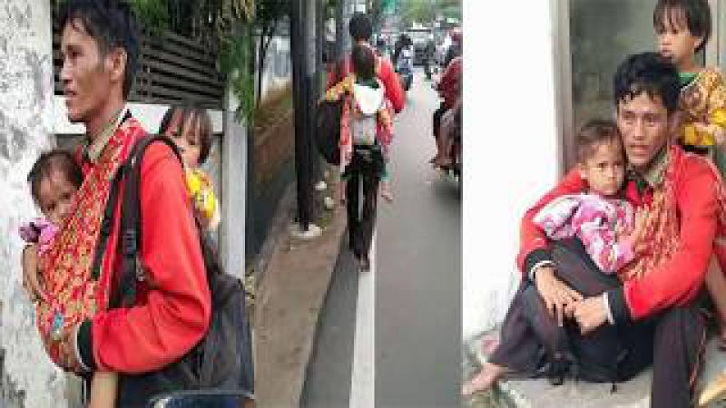 Ingin Pulang Kampung, Seorang Ayah Menggendong 2 Anak Berjalan Tanpa Alas Kaki