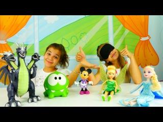 Ayça ve Sema Bil bakalım kutuda ne var oyun oynuyorlar. Sürpriz oyuncaklar – Elsa, Tinkerbell!