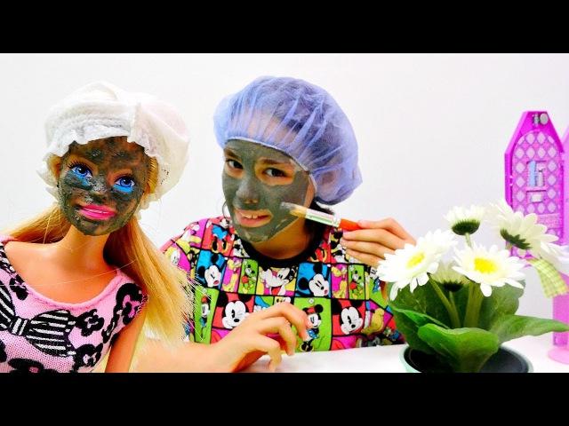 Kardelen ve Barbie kir maskesi yapıyorlar. Barbieoyunları ve kız oyuncakları. Bakım yapma oyunu!