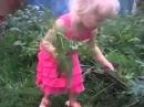 Девочка тянет морковку с матом