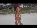 милые сексуальные полу голые девушки в купальниках на пляже, красотки