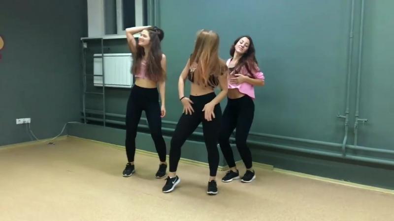 Девочки втроём танцуют в студии в студии Зомб - Даже не половина