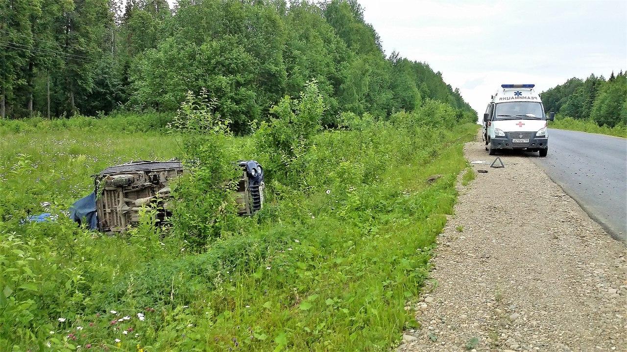 На трассе в Прикамье грузовой автомобиль вылетел в кювет и перевернулся