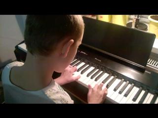 Старший сынок играет на фортепиано без нот