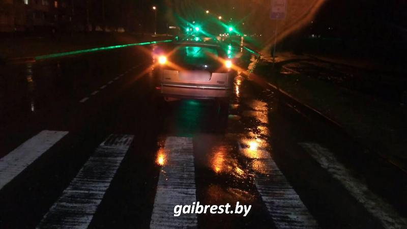 В Кобрине под колесами автомобиля пострадал пьяный пешеход
