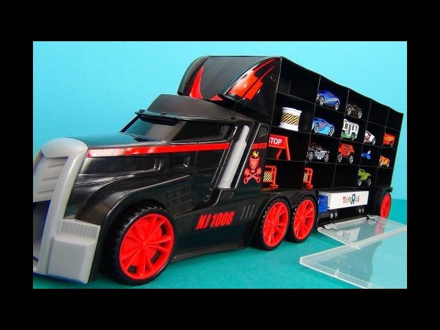 Mega énorme camion. Jouet Camion avec de voitures à l'intérieur. Camion avec une piste de course