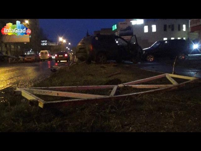В Архангельске иномарка снесла забор и вылетела на тротуар