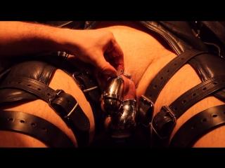 Надел на раба пояс верности, отправил домой. Гей БДСМ порно ПВ кожаный металлический chastity хозяин унижение подчинение куколд
