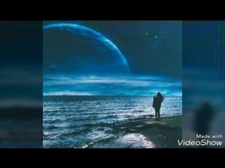 Снова ночь превращаю в день, Тишину меняю на звуки. Меркнет прошлого, грустно, тень. Снова к солнцу тянутся руки. Губы ловят вет