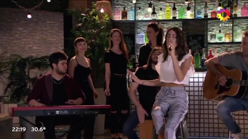 Тіні Штоссель виконує пісню