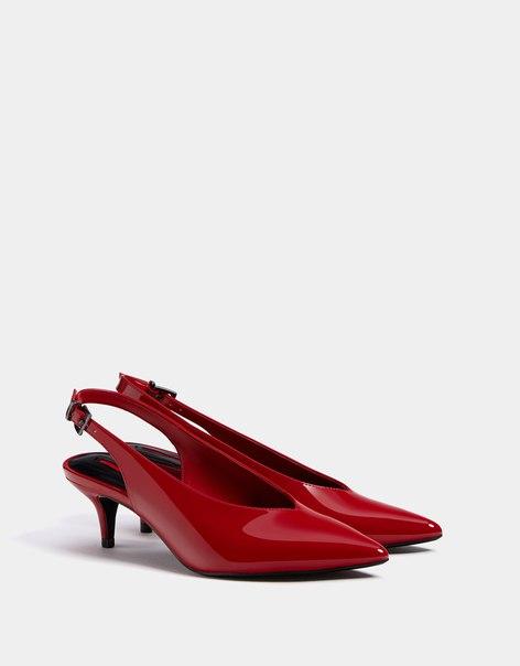 Туфли без задников, на среднем каблуке, с лакированной отделкой