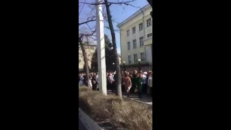 Выборы президента России Огромная очередь в избирательный участок в посольстве
