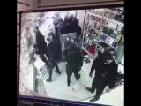 Иранская полиция во время уличных протестов в магазине Что-то видится родное в этом видео... ✨سعوديون في أمريكا وبريطانيا