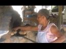 Horneando pan en horno de barro en Oaxaca