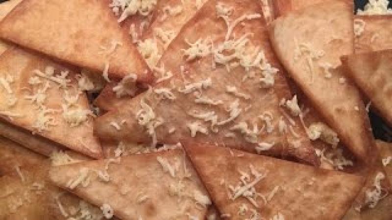 резиденты вкуса:начос с сыром .Чипсы начос из тортильи. Кукурузные чипсы.