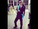 Парень нереально круто танцует на ВЫПУСКНОМ!