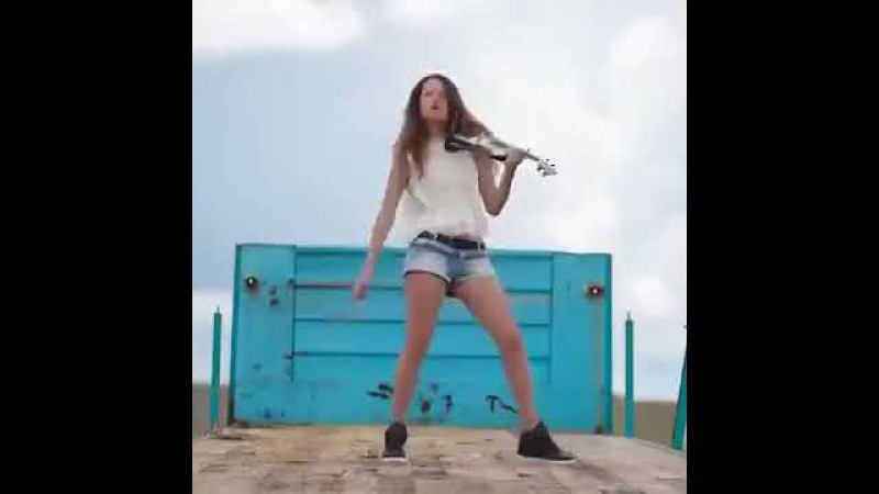 Прикольно на скрипке играет Еще прикольнее танцует