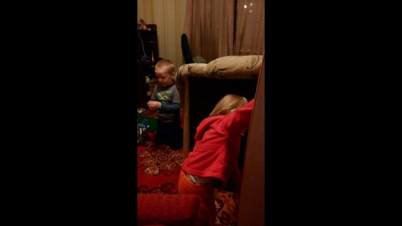 Миша с Мирой играют в бизи куб