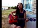 Девушка классно поет под гитару!