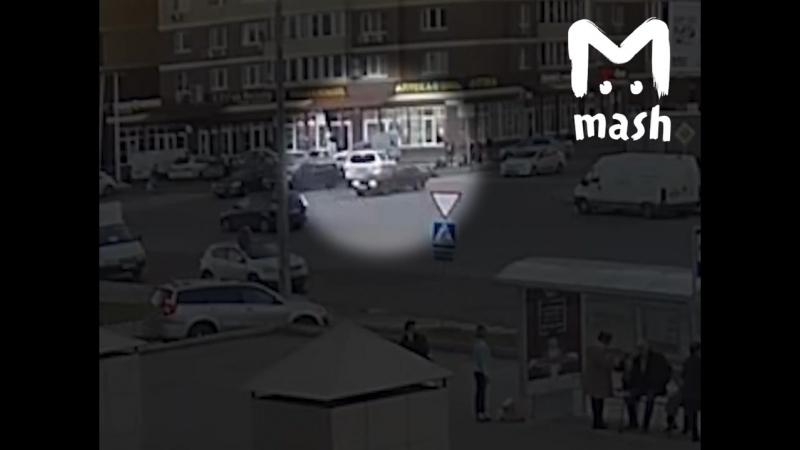 Негодяй въезжает в толпу около Ленты в Бутово