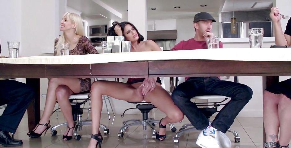 Кино мистика мастурбирует в кафе под столом прилюдно крупным планом