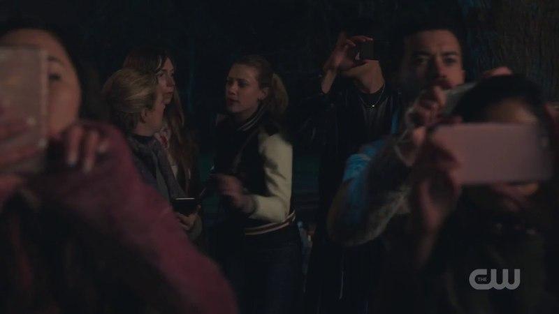 К дому Куперов пришел народ. Бетти пытается всех прогнать . Ривердейл 2 сезон 22 серия. ФИНАЛ.