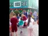 Мэр Сочи Пахомов бросает детям печенье