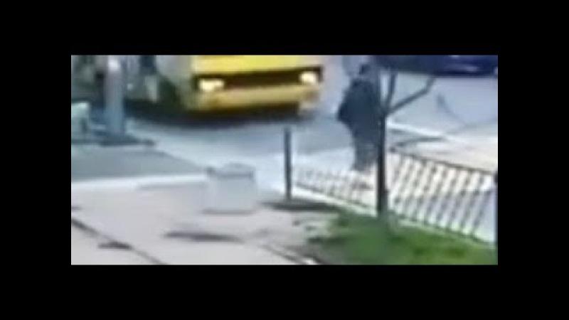 Король дороги получил автобусом в бок