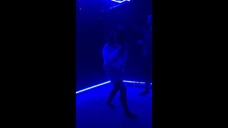 Девушка играет в THE THRILL OF THE FIGHT – VR BOXING в VR-парке Skyy Arena!