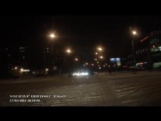 Неадекватный водитель вЛипецке таранил машины иврезался встолб