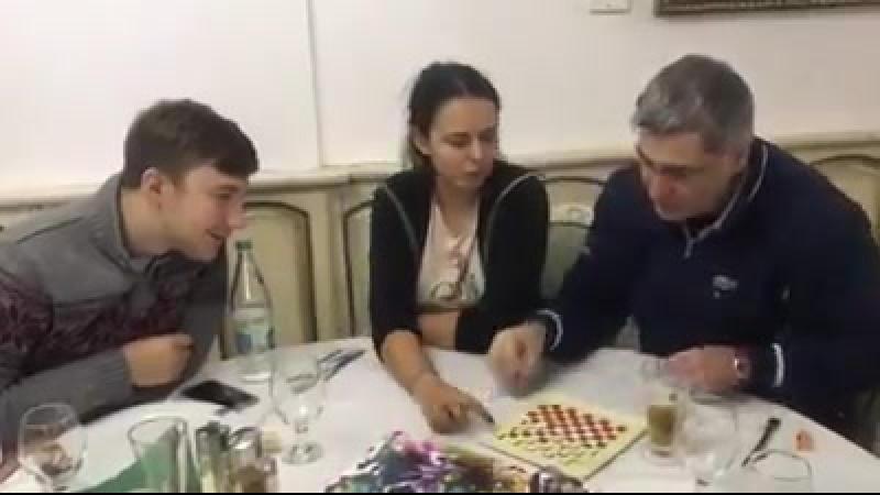 Василий Иванчук и Сергей Корякин за шашечной доской
