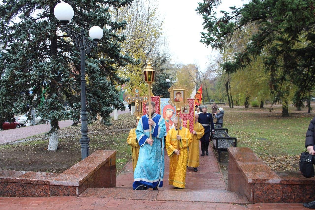 Крестный ход прошел вокруг сквера Памяти в Луганске