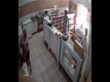 В Бразилии уборщица прогнала грабителя ведром и шваброй.  Ибо нех*й по мытому полу ходить