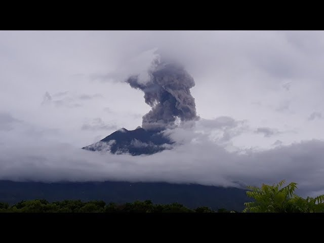 Пепловыброс на вулкане Агунг, Индонезия 11.01.2018 | A gulp on the Agung volcano, Indonesia