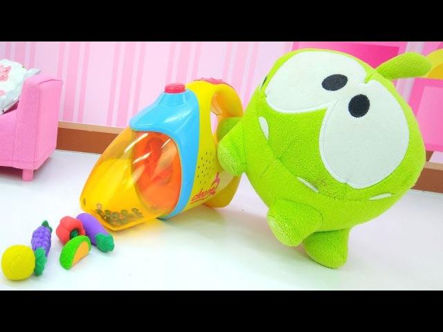 Видео с игрушками - Ам Ням делает уборку