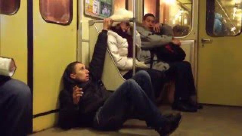 Наркоман в метро. Киев. Полный неадекват.