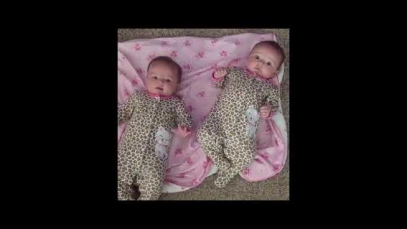 Komik ikizler çok şirin ikiz bebekler eğlenceli