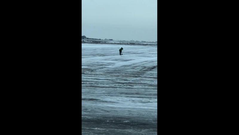 В запорожском аэропорту взлетную полосу расчищает человек с лопатой
