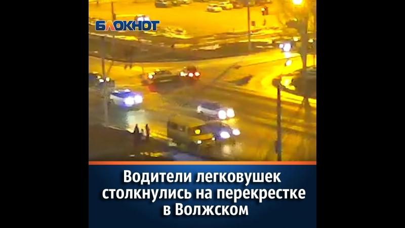 Водители легковушек столкнулись на перекрестке в Волжском