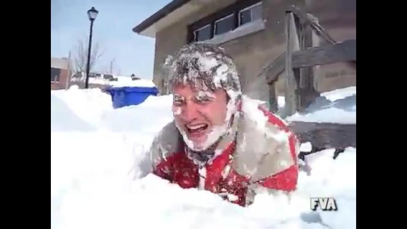 Жизненно (юмор, хорошее настроение, попытка, упал, снег, погода, сугроб, смех, друзья смеются, падение, полет, посадка).