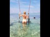 Голая девушка с красивой попой купается в море. Нудисты частное.