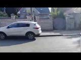 Воронежские автомобилисты массово объезжали перекрытую дорогу по тротуару