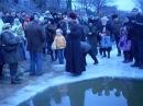 Батюшка купается на крещение