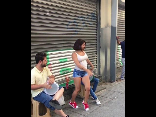 Roman kızı dans ediyor