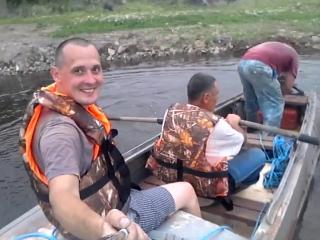 и вроди весла взяли и бензин налили а лодка не едит:)