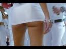 сучка в коротком платье светит попкой прилюдно классная попа