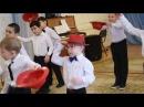 Танец мальчиков в красных шляпах
