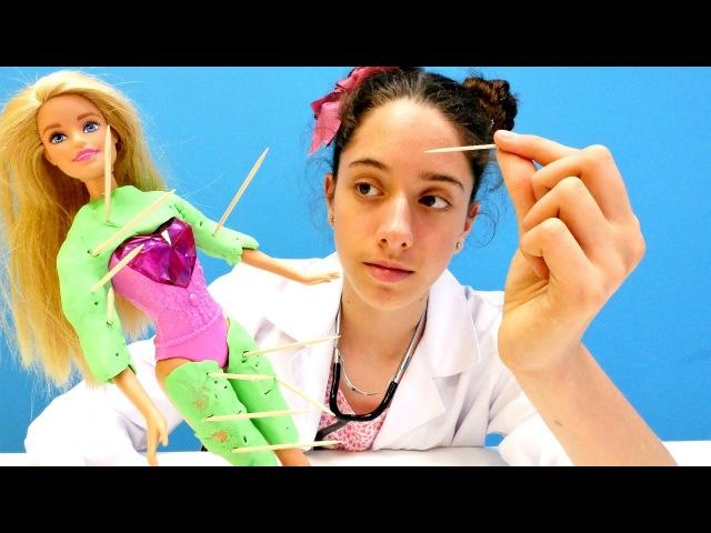 Barbie kurbağa'ya dönüşüyor 🐸 Dr Eliz Barbie'ye iğne batırıyor 💉 Kızoyunları ve doktoroyunları